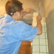 桐梓林世纪景园贴砖厨房厕所10*10现场贴砖实例