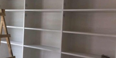 二手房装修现场制作的书柜和电视墙