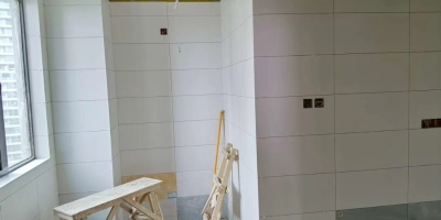 成都向阳名居水电改造,厨卫贴砖施工现场图